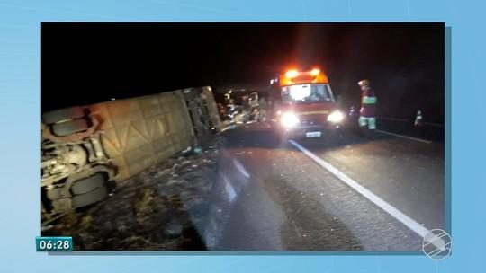 Ônibus tomba em rodovia de MS e oito passageiros ficam feridos