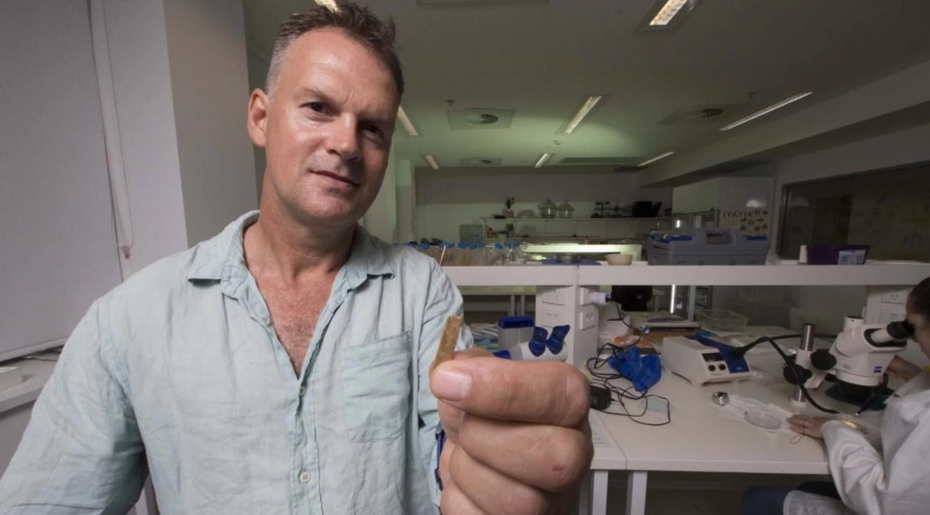 O pesquisador Geoffrey Clark segura material de 2,700 anos  (Foto: Jack Fox/ANU/ Reprodução)