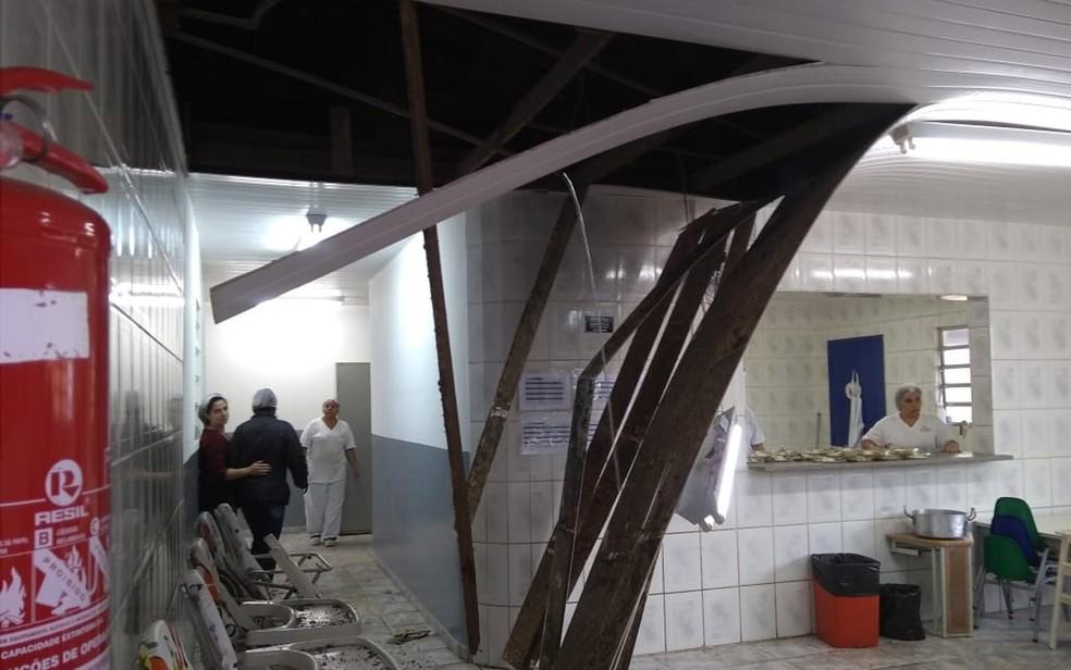 Teto desabado em escola em Cotia (Foto: Arquivo Pessoal)
