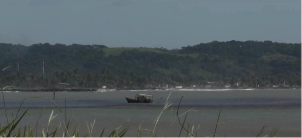 Com alerta de mau tempo, pescadores são orientados a não irem para alto mar em Ilhéus — Foto: Reprodução/ TV Bahia