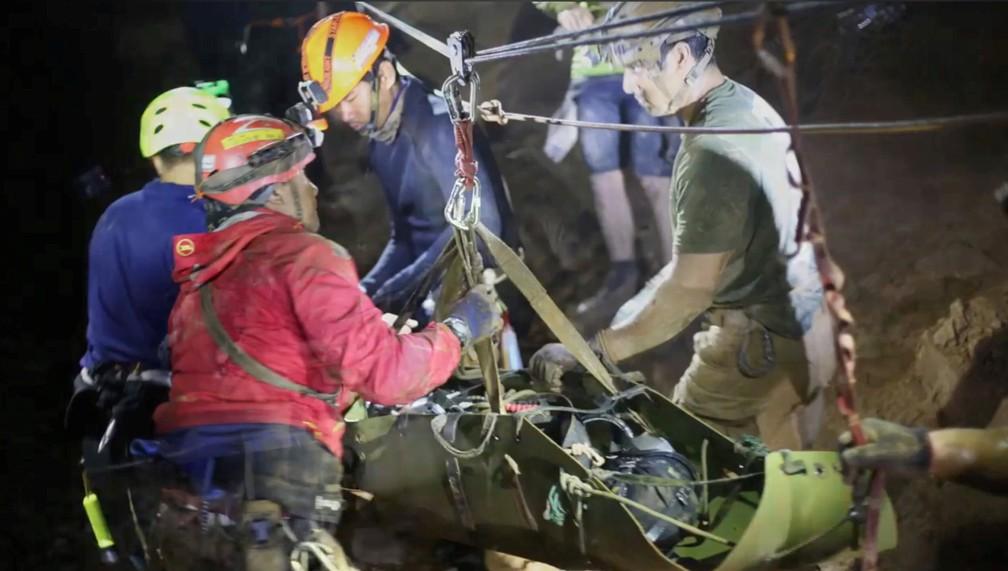 Foto divulgada nesta quarta-feira (11) mostra socorristas trabalhando em operação de resgate de time de futebol preso na caverna Tham Luang, no norte da Tailândia (Foto: Thai Navy Seal/via Reuters)