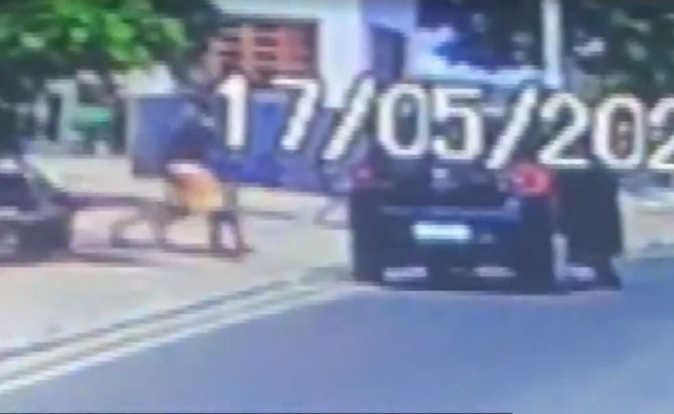 Uma câmera registrou quando dois homens pegam a criança, que brincava em uma praça em frente à casa da mãe, em Miguel Calmon — Foto: Reprodução/TV Bahia
