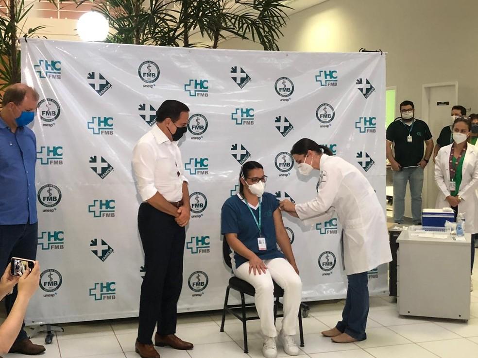 Técnica de enfermagem que perdeu marido pela Covid é a primeira vacinada do centro-oeste paulista — Foto: Fábio Linhares/TV TEM
