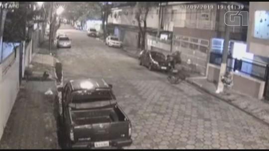 Assaltantes agridem jovem com socos no rosto durante assalto em São Vicente