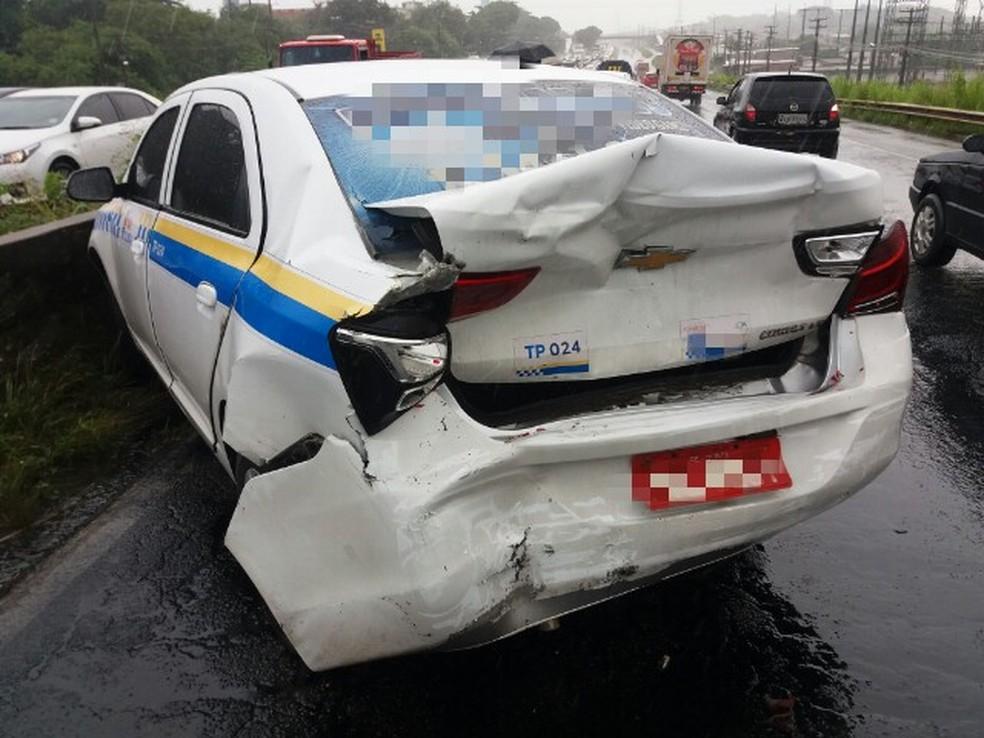 Acidente envolvendo três veículos complicou o trânsito na BR-232, vindo do interior para o Recife (Foto: PRF/Divulgação)