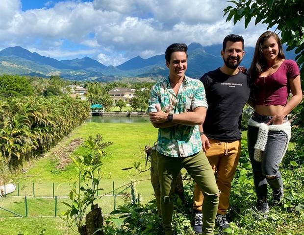 O arquiteto Rodrigo Dinelli, com Dennis DJ e a mulher, a atriz Bárbara Falcão, no terreno deles no Portobello (Foto: Quem Acontece)