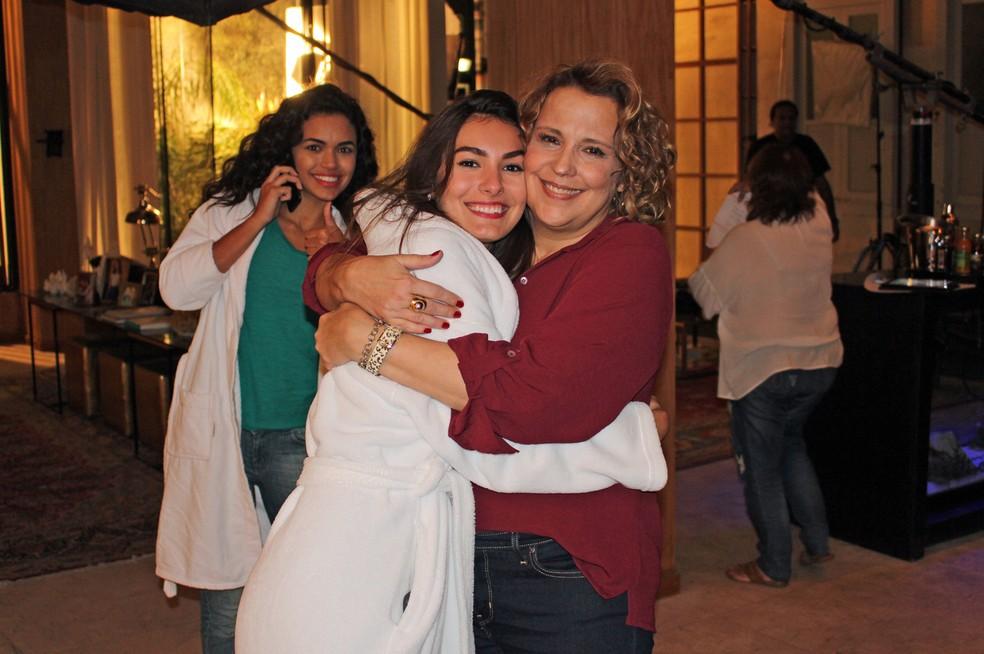 Que amor! Abraço apertado de Marina e Ana Beatriz Nogueira (com Giovana ao fundo!) (Foto: TV Globo)