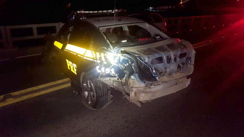 Parte de trás da viatura também ficou danificada (Foto: PRF/Divulgação)