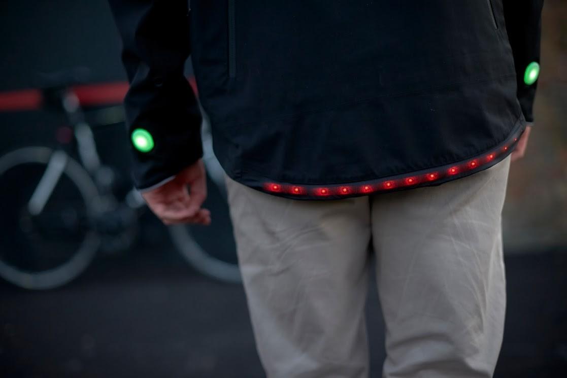 Luzes indicadoras de direção são acionadas quando o ciclista levanta o braço (Foto: Divulgação)
