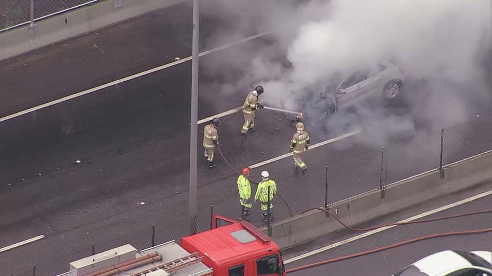 Bombeiros combatem chamas em carro na Linha Amarela, na manhã desta quarta-feira (1°) — Foto: Reprodução