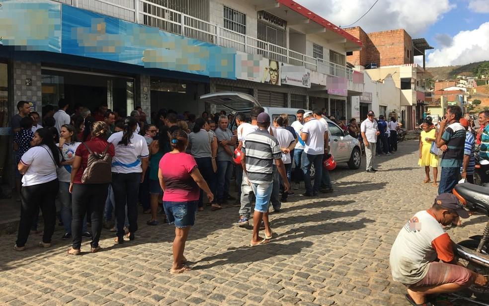 Velório foi interrompido durante a ação e vítimas ficaram trancadas em banheiro (Foto: Felipe Valentin/TV Paraíba)