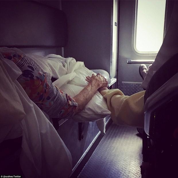 Casal de idosos dá as mãos em ambulância (Foto: Reprodução/Twitter)