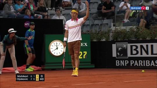 Nishikori dá show de fair play, erra smash bizarro e cai para Djokovic em Roma