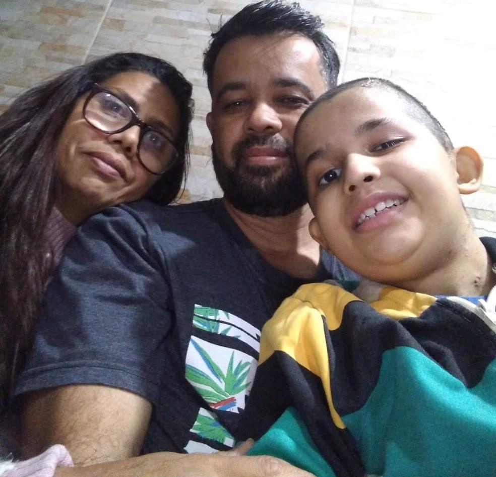Pedro e os pais Eliana e Antônio Carlos após receber alta médica e voltar para casa — Foto: Arquivo Pessoal