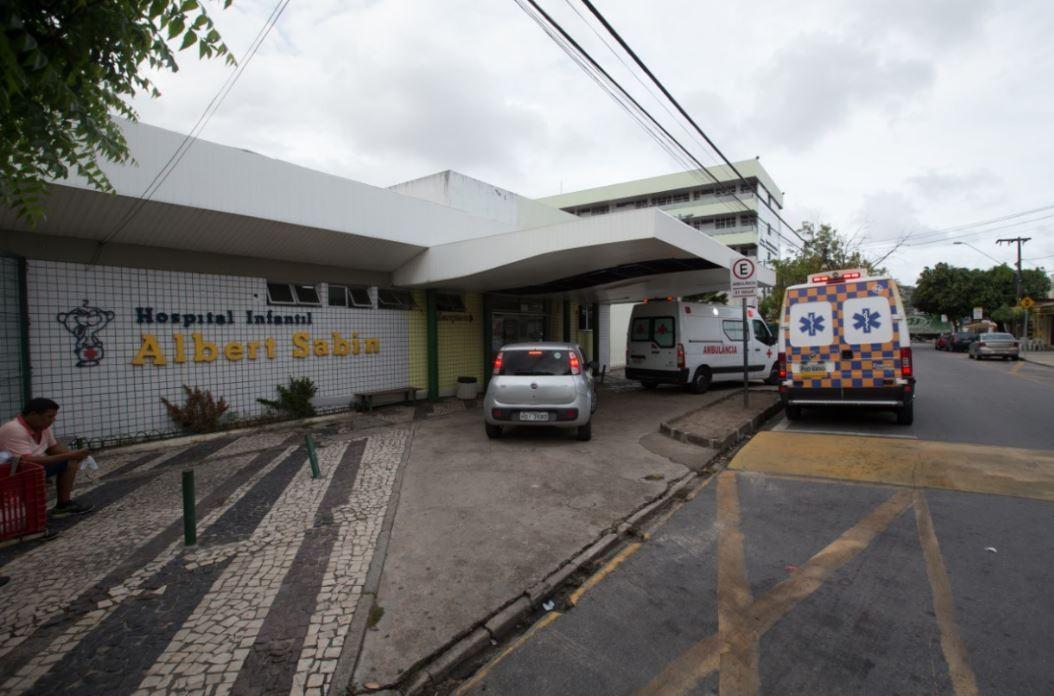 Veículo oficial do Hospital Albert Sabin é apreendido por pendências no licenciamento, em Fortaleza