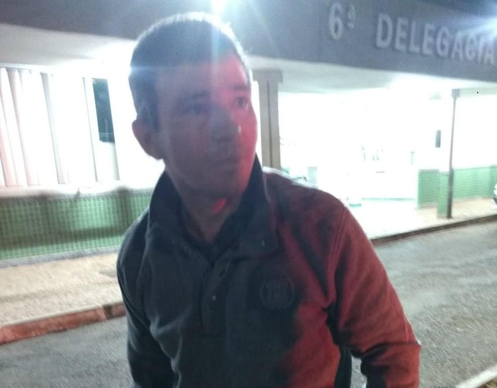 Adelino Angelim de Sousa Neto, o Amarelo, ao chegar à 6ª DP (Foto: Polícia Militar do DF/Divulgação)
