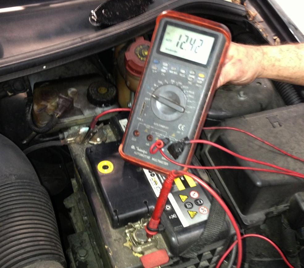 O voltímetro pode identificar uma bateria descarregada, mas não é suficiente para condená-la — Foto: Denis Marum/G1