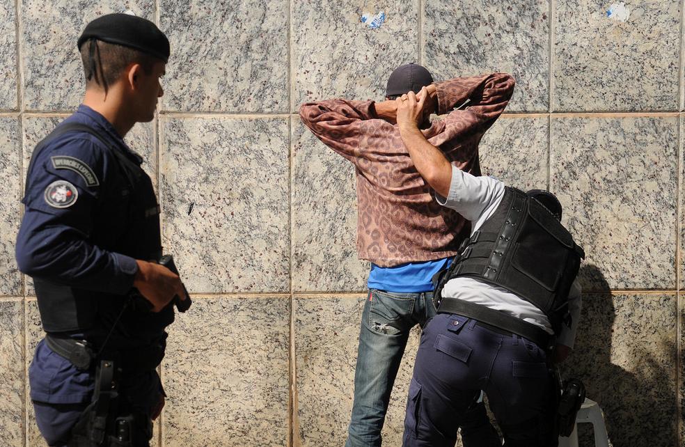 Policiais realizam abordagem em homem na região central de Brasília (Foto: Pedro Ventura/Agência Brasília)