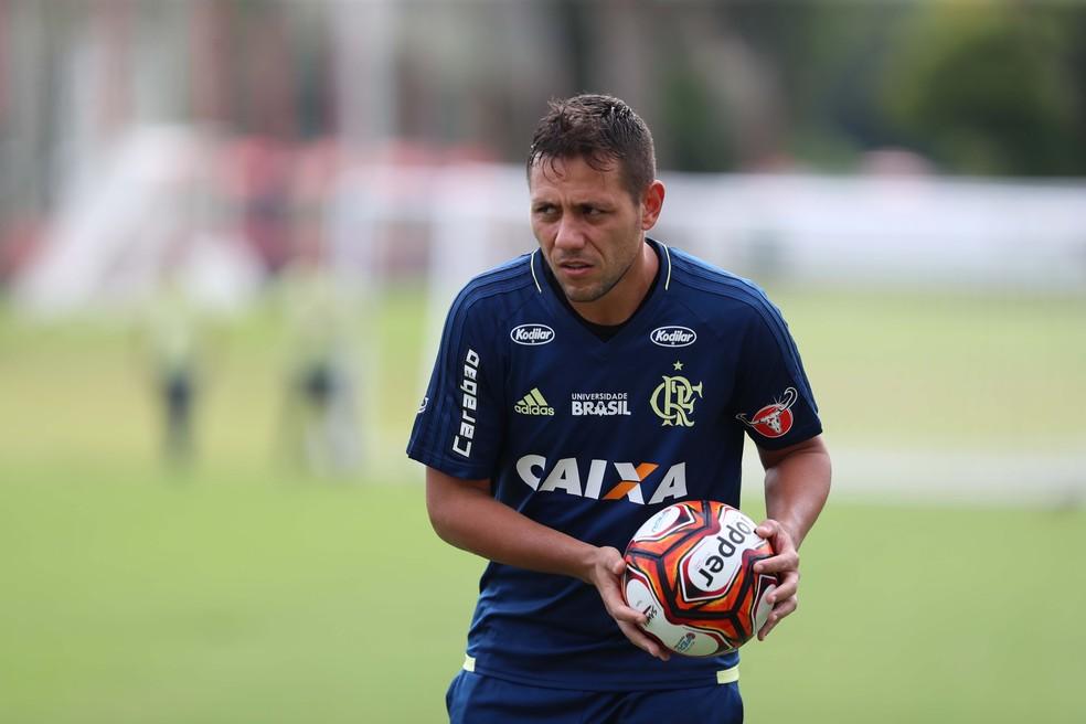 Desde a ltima semana Diego Alves faz trabalho em campo sem restries a quedas em duas semanas tcnico vai decidir goleiro para o dia 28 Foto Gilvan de Souza