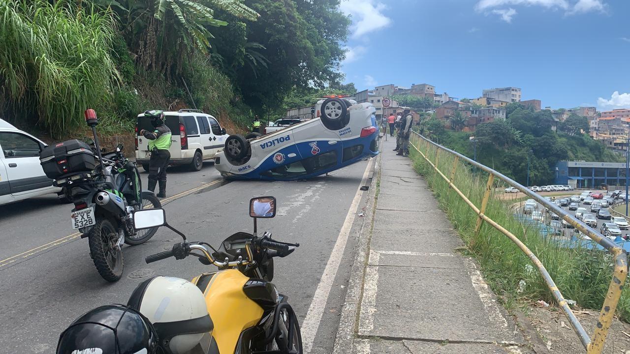 Policial perde controle da direção e viatura capota no bairro de Brotas, em Salvador; dois ficam feridos