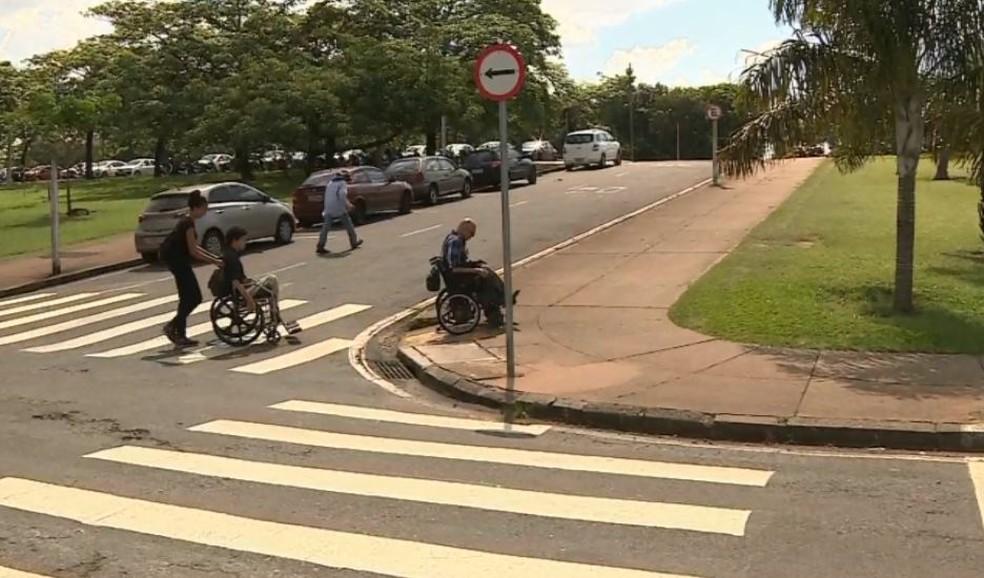 Colegas fazem campanha para comprar perua para família com cadeirantes em Araras — Foto: Reprodução/EPTV