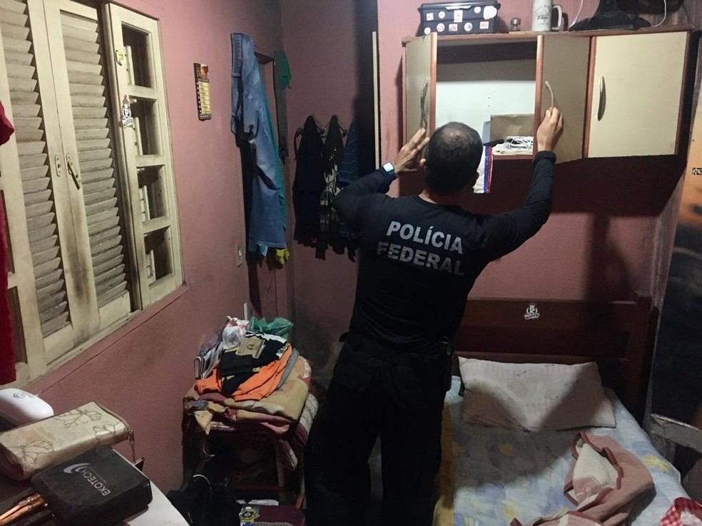 Policiais cumpriram mandados de busca e apreensão em três casa em Praia Grande — Foto: Divulgação/Polícia Civil