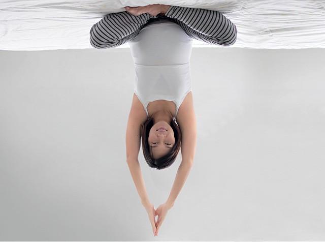 Gravidá fazendo exercício de cabeça para baixo (Foto: Thinkstock)