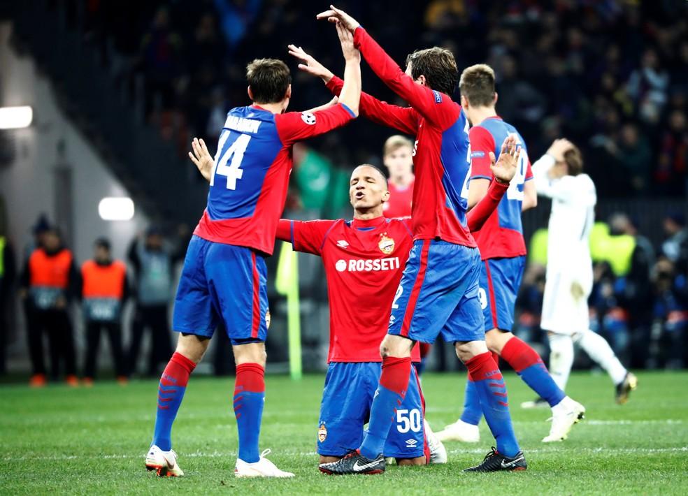 Becão comemora a vitória junto com companheiros — Foto: Reuters