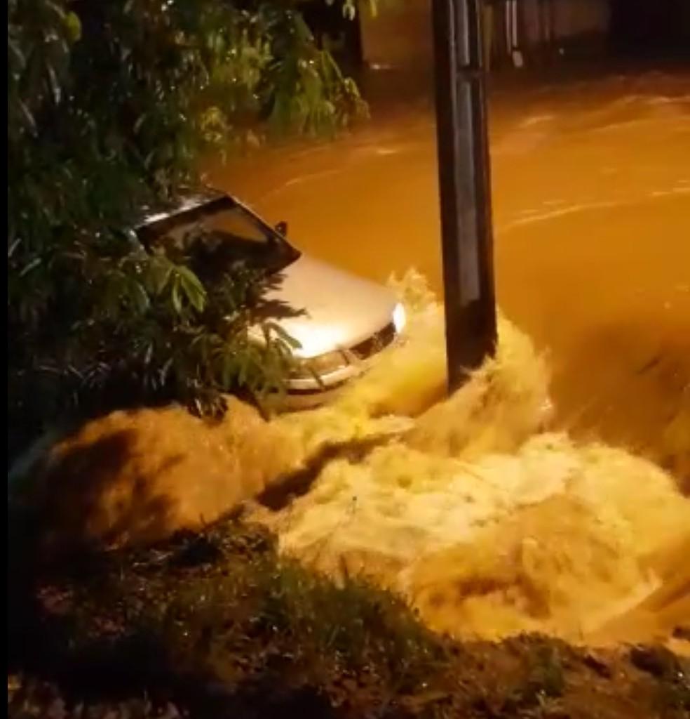 Carro foi arrastado pela correnteza após forte chuva alagar avenidas de Ouro Preto do Oeste — Foto: Reprodução