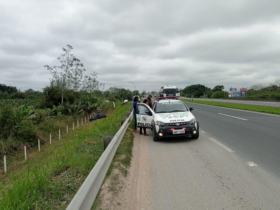 Policiais se depararam com acidente de trânsito quando estavam realizando um trabalho de rotina na rodovia Régis Bittencourt, SP — Foto: Divulgação/Polícia Militar Ambiental