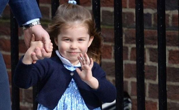 Princesa Charlotte acenando para o público: ela completou 3 anos  (Foto: Reprodução / Instagram)