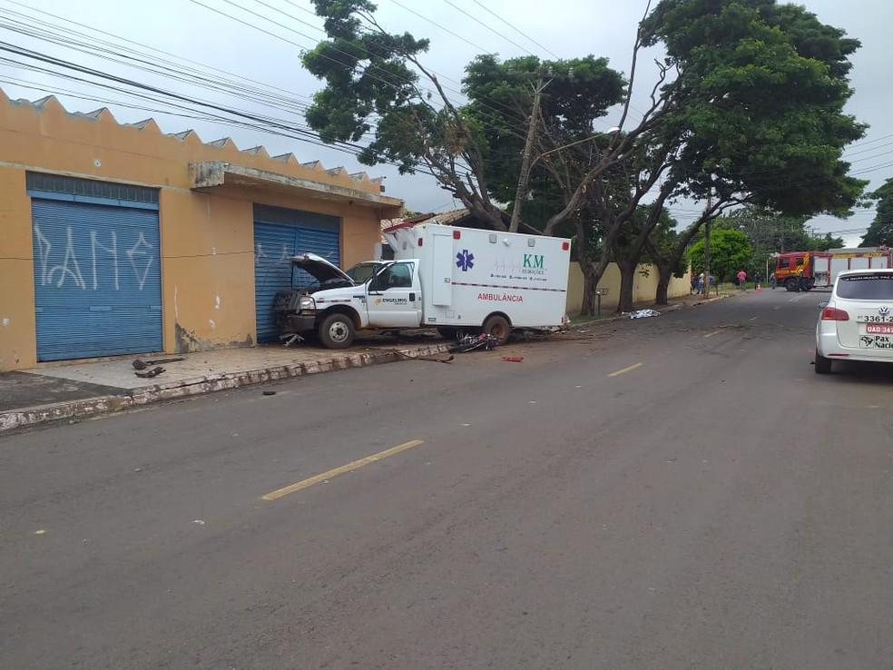 Ambulância bateu em poste e depois em porta de imóvel — Foto: Eduardo Almeida/TV Morena