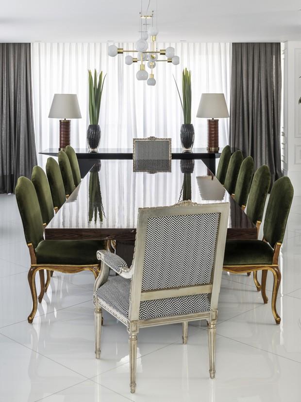 Verde e dourado pontuam décor chique em apartamento de 350 m² (Foto: Renato Navarro)