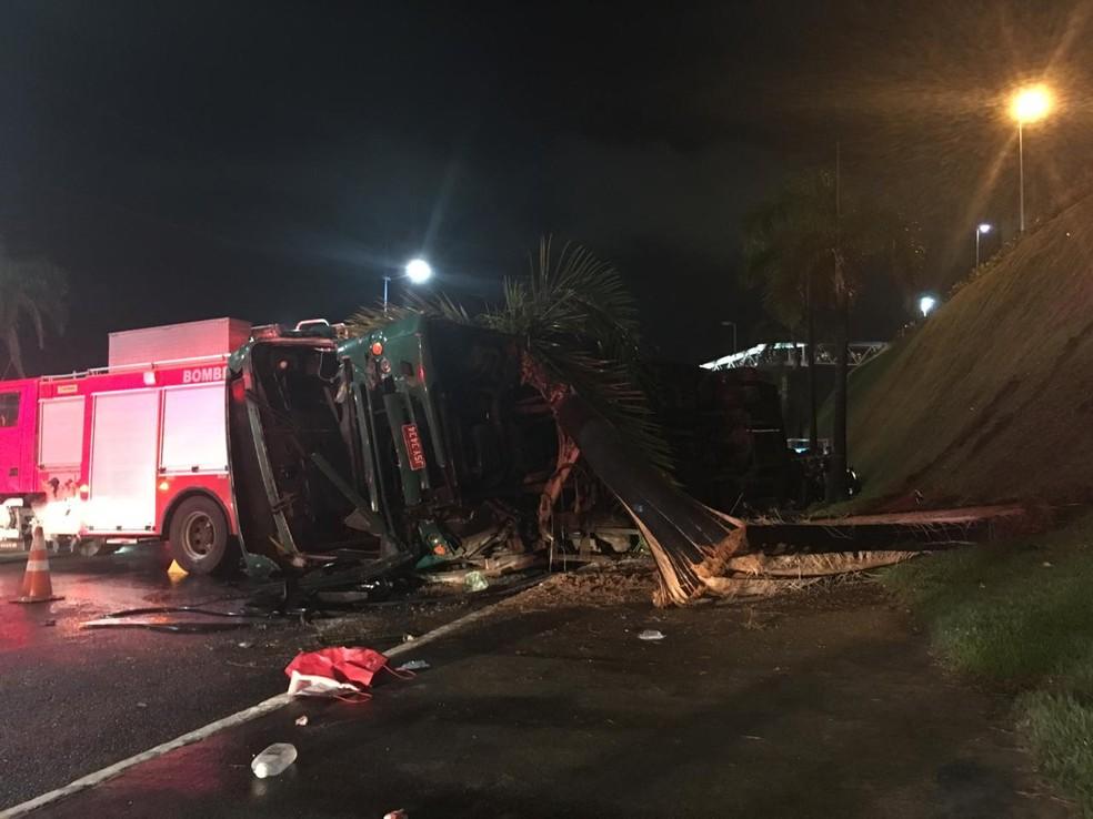 Ônibus tomba na região do Acesso Norte e deixa feridos em Salvador — Foto: Alan Oliveira/G1