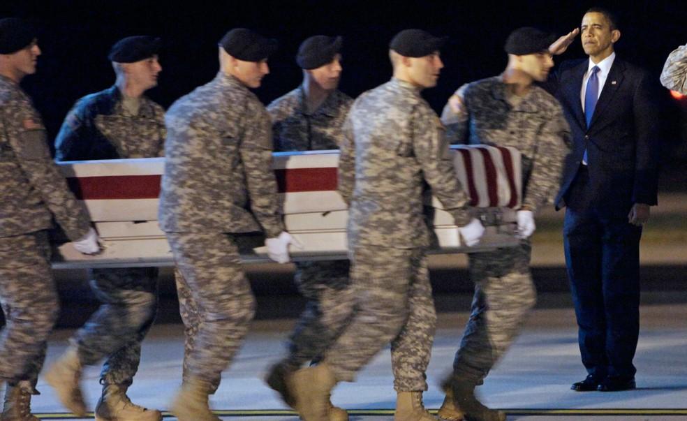 Em foto de 29 de outubro de 2009, o então presidente dos EUA, Barack Obama, faz uma saudação durante a chegada do caixão do sargento Dale R. Griffin aos Estados Unidos (Foto: AP Photo/Pablo Martinez Monsivais)