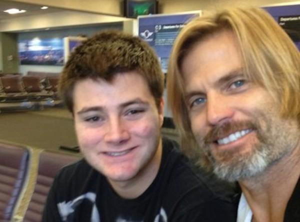 O ator Casper Van Dien com o filho de 23 anos que tentou suicídio (Foto: Twitter)