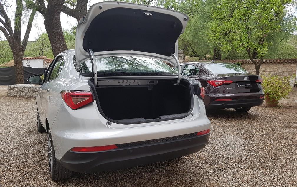 Fiat Cronos tem porta-malas de 525 litros, com bom ângulo de abertura (Foto: Peter Fussy/G1)
