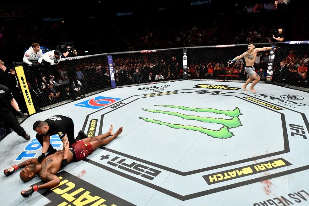 Aleksandar Rakic comemora o nocaute sobre Jimi Manuwa no UFC Estocolmo — Foto: Getty Images