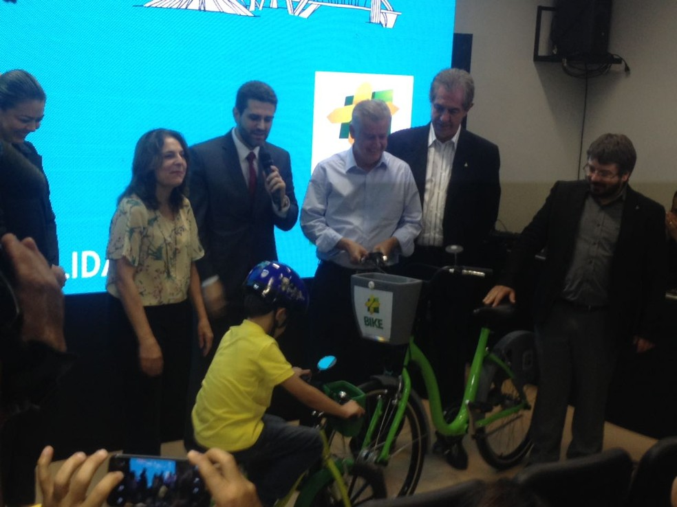 Criança demonstra pedalar em bicicleta (Foto: Bianca Marinho/G1)
