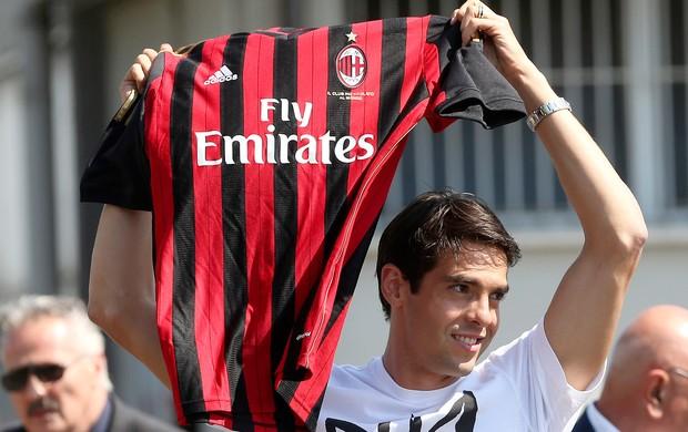 Kaká chegada Milan (Foto: AP)