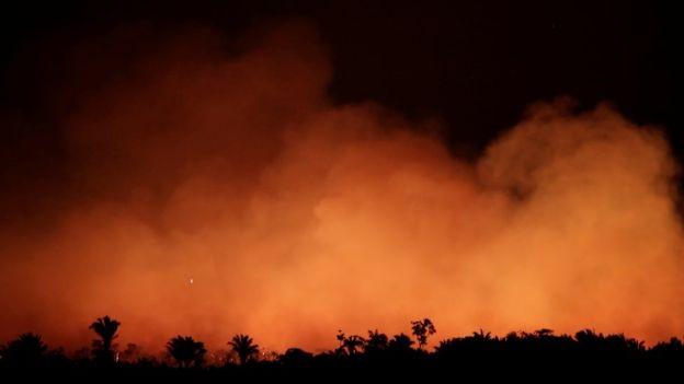 Foto noturna de 17 de agosto mostra fumaça na mata perto de Humaitá, no Amazonas (Foto: REUTERS/UESLEI MARCELINO/BBC)