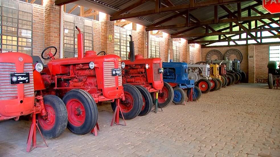 Produtor rural guarda coleção com quase 150 tratores antigos — Foto: TV TEM/Reprodução