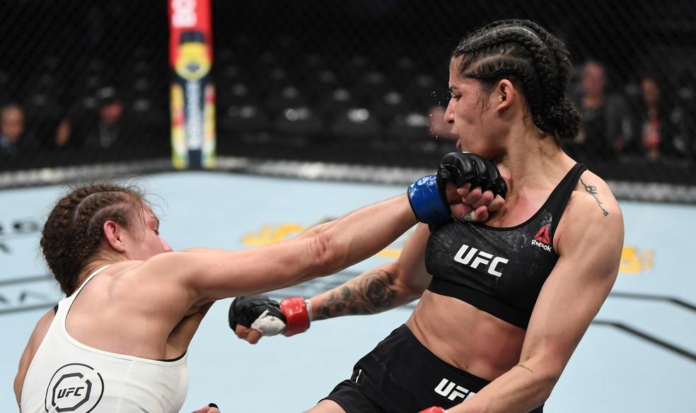 Hannah Cifers teve sucesso com seu overhand de direita contra Polyana Viana no UFC 235 — Foto: Jeff Bottari/Zuffa LLC