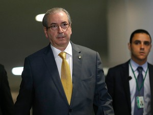 O presidente da Câmara dos Deputados, Eduardo Cunha (PMDB-RJ), cercado de seguranças na chegada ao Congresso Nacional, em Brasília, nesta quarta-feira (09) (Foto: Dida Sampaio/Estadão Conteúdo)