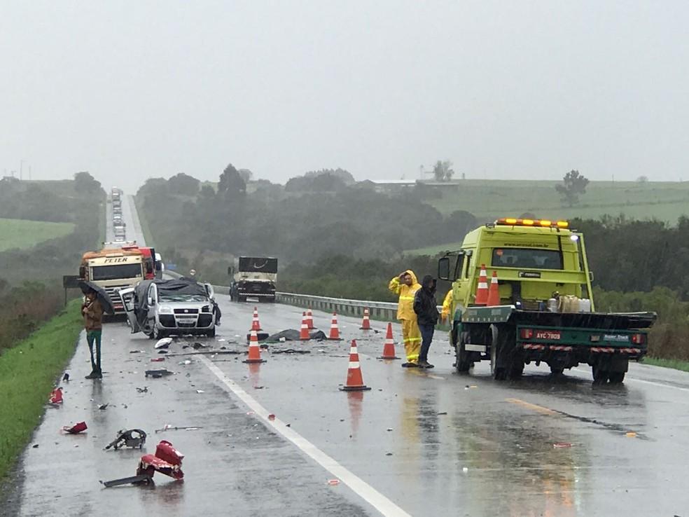 Carro e caminhão colidiram de frente na BR-392, em Santana da Boa Vista (Foto: Edson Massirer/Arquivo Pessoal)