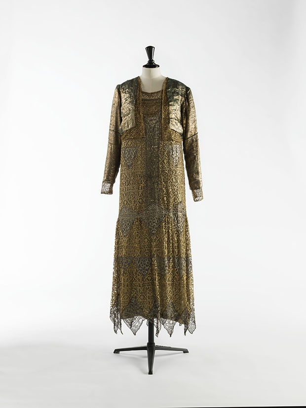 For evening wear,  a gold lamé and lace bolero is worn over a dress made with metallic and silk lace, c. 1925   (Foto: © Julien Vidal/Galliera/Roger-Viollet)