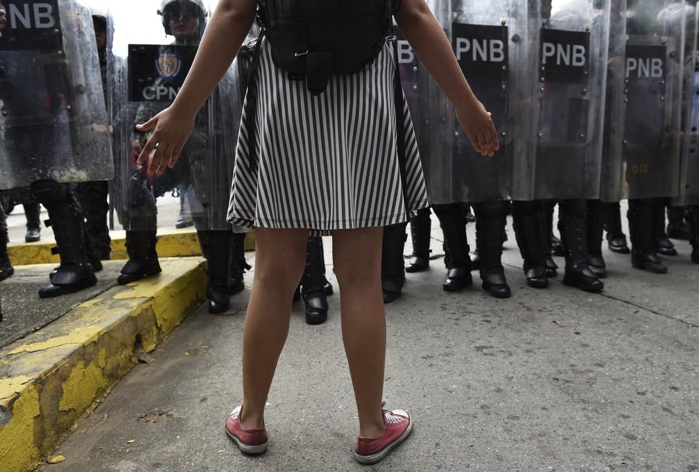 Estudante protesta em frente a policiais em Caracas, Venezuela, em novembro — Foto: Yuri Cortez/AFP