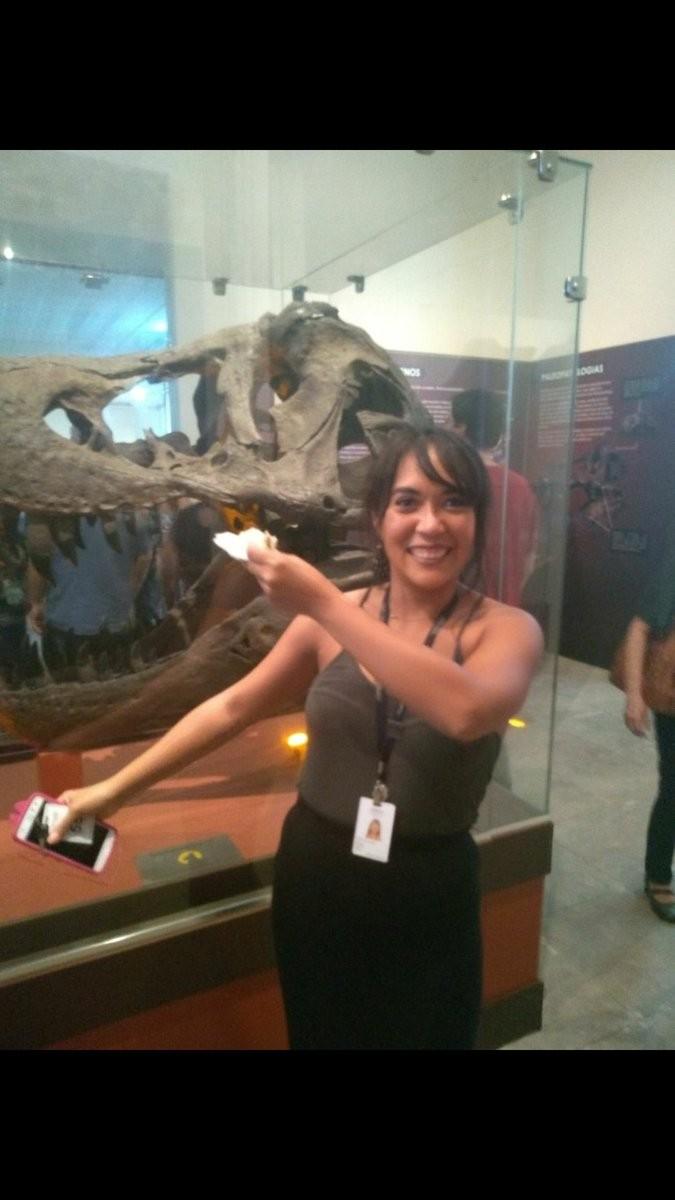 A museóloga Thais Mayumi trabalha no Museu Nacional, que pegou fogo neste domingo (Foto: Reprodução / Twitter)