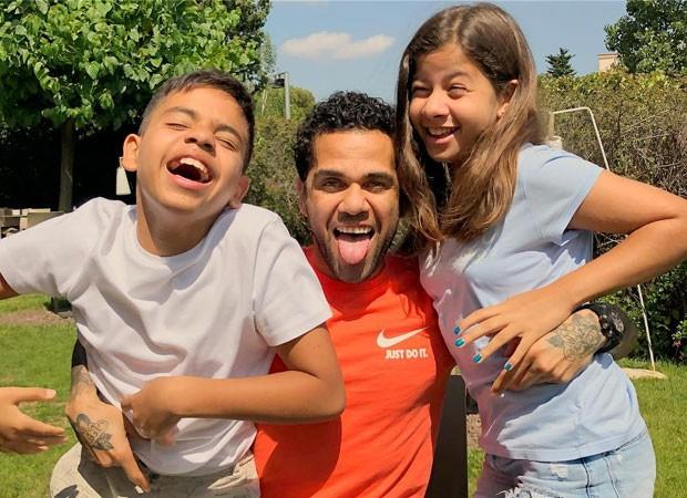 Daniel Alves com os filhos, Daniel e Victoria (Foto: Reprodução Twitter)