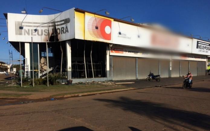 Loja de pneus amanheceu queimada, na fronteira com o Paraguai — Foto: Martim Andrada/ TV Morena